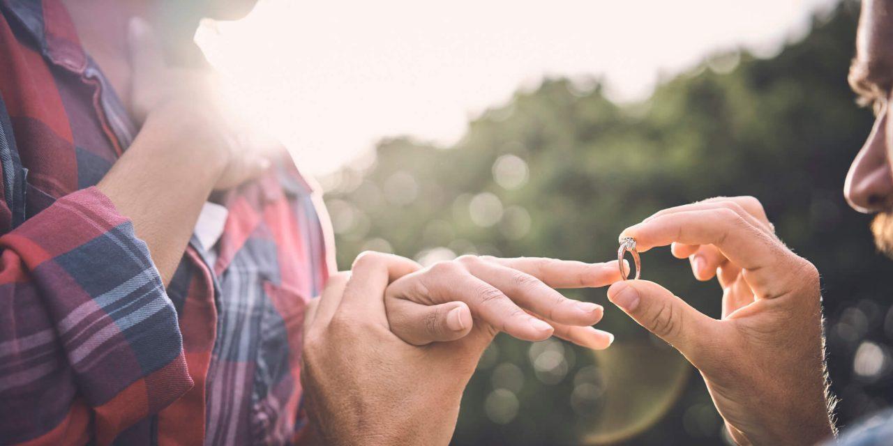 Entenda a diferença entre anel de noivado e aliança de casamento