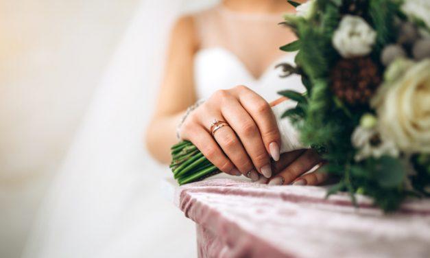 Unhas baby boomer para noivas: conheça essa tendência